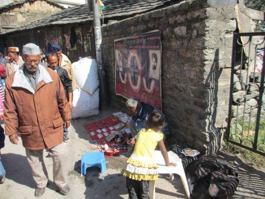 Schneller Gang zum Zahnarzt - Straßenpraxis in Kullu / Himachal Pradesh