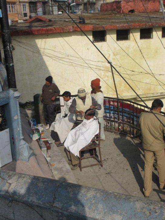 Straßenfrisör in Musoorie / Uttarakhand
