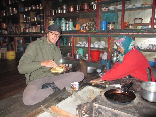 Diese nette Dame (rechts) bot uns freundlicherweise Unterkunft und ein leckeres nepalesisches Mahl