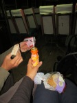 Fruehstueck! Im Bus auf dem Weg zurueck gen Bangkok