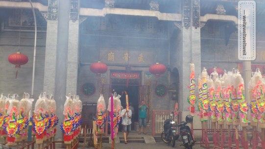 Anlässlich des Chinesischen Neujahrs räuchern vor den chinesischen Tempel riesige Räucherstäbchen vor sich hin