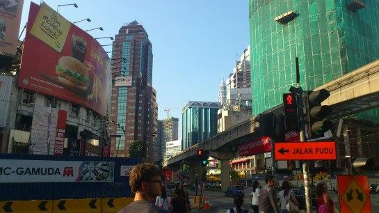 Kreuzung an der Bukit Bintang, umringt von Shopping Malls