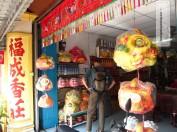 Dieser Shop verkauft die Drachen- und Löwenmasken für die klassischen chinesischen Straßentänze