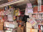Auslage eines Chinesischen Shops mit diversen Devotionalen für die Beerdigung....
