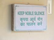 Ruhe bitte! Gebot der 'Noble Silence' im Vipassana Zentrum in Dehradun / Indien
