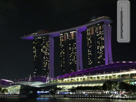 """Sieht aus wie ein Raumschiff - der Koloss """"Marina Bay Sands"""" in der Bucht von Singapur. Dort haben wir uns nicht mal ein stilles Wasser geleistet ;-)"""
