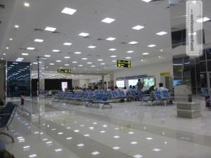 Die Transitwartehalle am Flughafen Tashkent: drei Duty Free Shops, ein Fast Food 'Restaurant' und jede Menge unbequeme Sitzgelegenheiten zum 'verweilen'