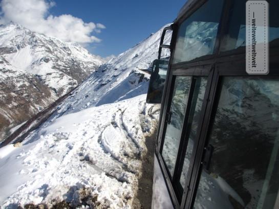 Bereits im Oktober ist der fast 4000m hohe Rohtang-Pass dick in Schnee gehüllt. Ab Ende Oktober ist die überfahrt offiziell (!) nicht mehr möglich.