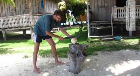 Mit der Machete auf der einsamen Insel, hier auf den Togean-Inseln (Sulawesi, Indonesien)