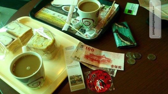 Ankunft am Flughafen in Taipei: Geld, SIM Karte, Tourist Info, Kaffee - check!