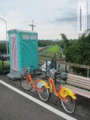 Tagesausflug in die grüne Umgebung von Taipei: YouBike Stilleben mit Toliettenhäuschen im Hintergund
