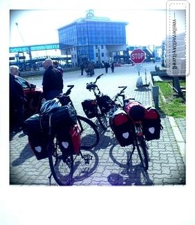 Die Bikes warten auf ihre Weiterfahrt gen Bornholm, am Fährhafen Sassnitz